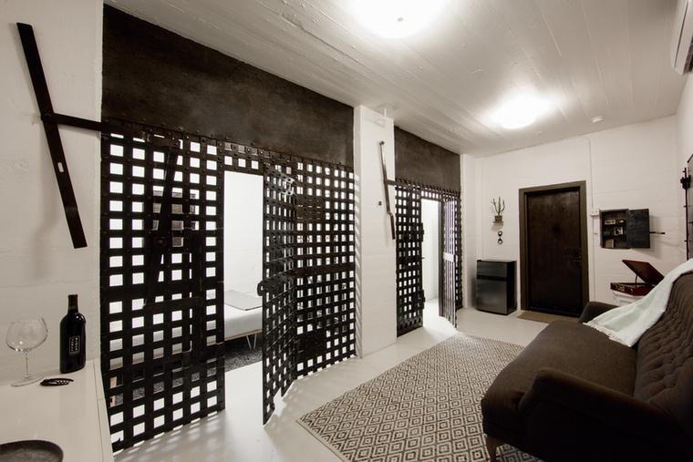 Az apró szálláshely három részből áll, belépés után egy kissé különös nappaliban találja magát az ember.
