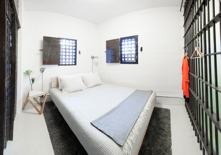 A hálószobarészben kétszemélyes ágyon pihenhetnek az itt megszállók, ami nem túl jellemző a börtönviseltek hétköznapjait tekintve.