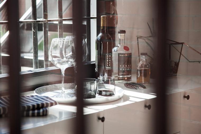 A létesítményben whiskey-vel és borral várják az érkezőket, és mellesleg saját borászatuk is van, ami nem meglepő módon a Cell Block, azaz a börtöncella nevet viseli.