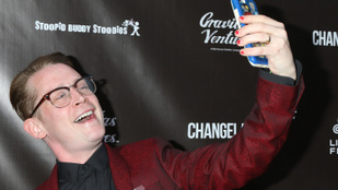 Macaulay Culkin 40 lett, és kíméletlenül viccelődik saját magán