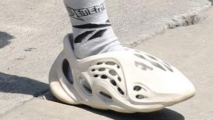 Justin Bieber a Yeezy márka Crocs-papucsra emlékeztető futócipőjében menőzött