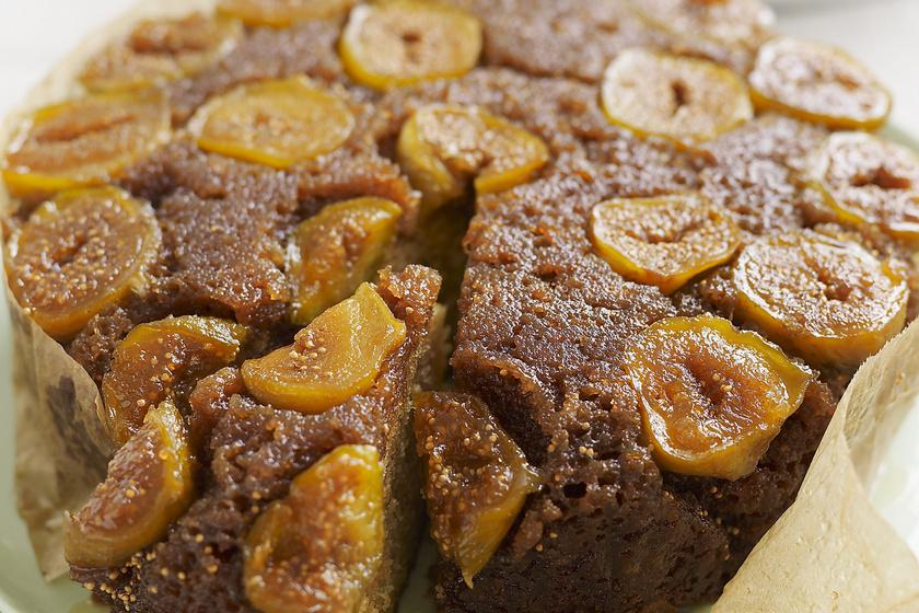 Fordított, fügés süti mézédes gyümölccsel: egyszerű nyár végi édesség