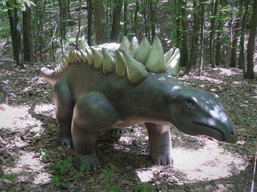 A Hungarosaurus tormai szobra a Budakeszi Vadaspark Dinó Parkjában.