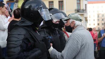Oszlatják a tüntetőket Minszkben, két tucat újságírót őrizetbe vettek