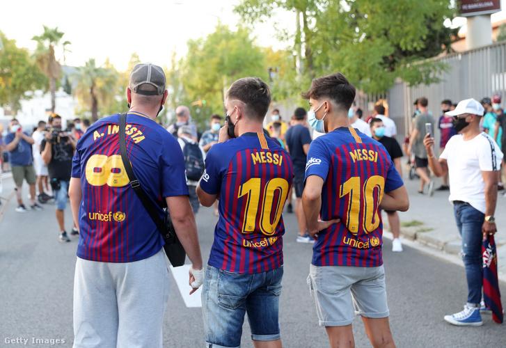 Szurkolók tüntetett a csapat stadionjánál