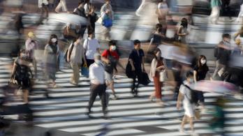 Japán egy éven belül minden állampolgárát beoltatja a koronavírus ellen