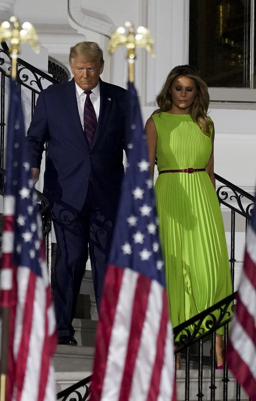 Melania Trump lime-zöld ruhája telitalálat volt. Egy piros övvel dobta fel a szettjét.