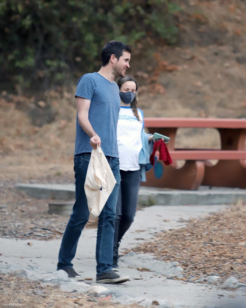 Lehet, hogy sétálás közben kiszúrták a fotóst, és ezért sétált a férfi szerelme elé, hogy megakadályozza a további fotózkodást