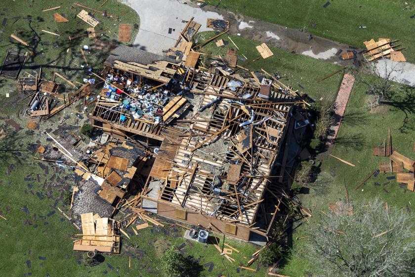 A viharban házak dőltek össze, villanyvezetékek szakadtak le, a széllökések gyökerestől csavartak ki nagy fákat.