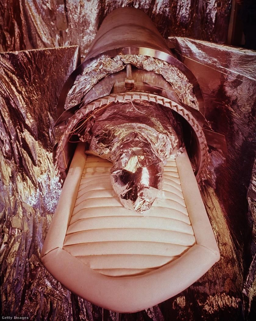 Acél és alumínium kriokapszula, amelyet James Bedford fagyasztott testének tárolására terveztek.