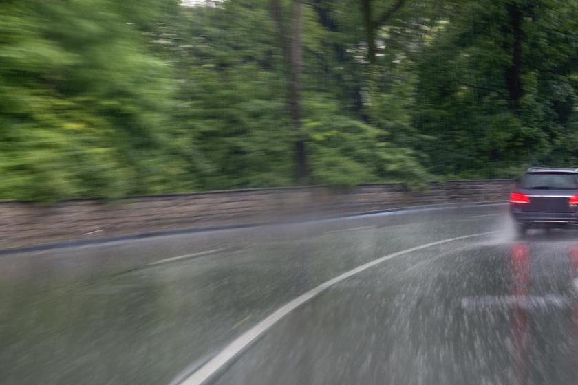 Esőben is lehet biztonságosan vezetni: 12 dolog, amire figyelni kell, különösen az erdei utakon