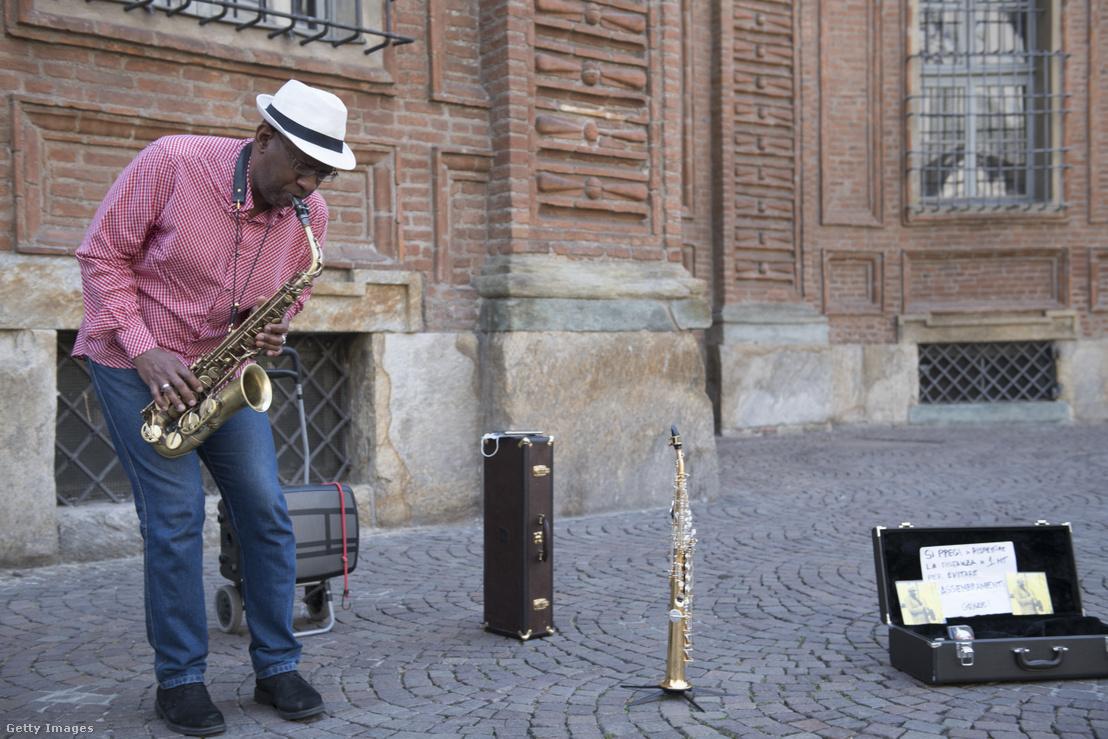 Utcai zenész Olaszországban.
