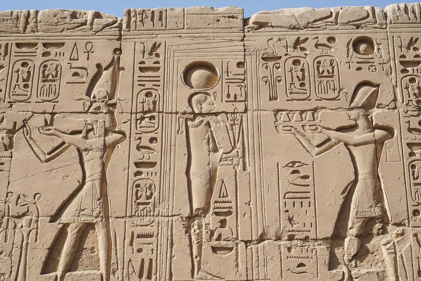 Homokkőbe vésett szöveg a karnaki templom falán.