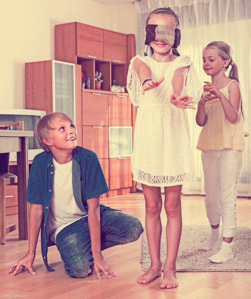 A klasszikus hideg-meleg játék sokaknak ismerős lehet. Lényege, hogy az egyik gyerek eldug egy játékot a szobában, majd hideg és meleg szavakkal jelezi, hogy a másik - bekötött szemmel - mennyire jár közel annak megtalálásához. A hideg szó rossz irányt, a meleg jó irányt jelöl, és amint meg van a tárgy, jöhet a szerepcsere. A szülőnek érdemes a játék előtt biztosítania a terepet, nehogy esés legyen a vége.