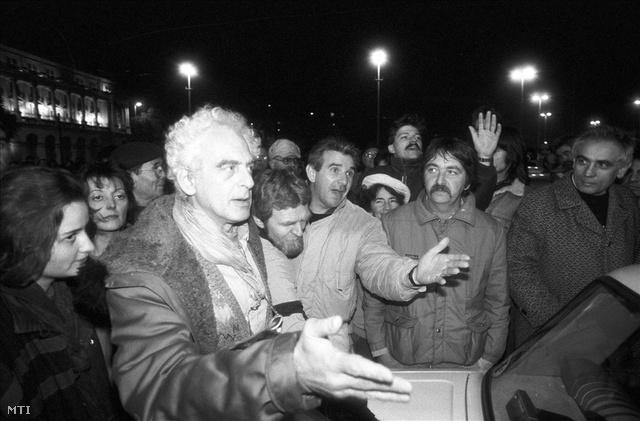 Krassó György újságíró, a Szabad Európa Rádió egykori munkatársa a taxisok és kormánypárti ellentüntetők egy időben tartott demonstrációján a Kossuth téren. (Fotó: Cser István)