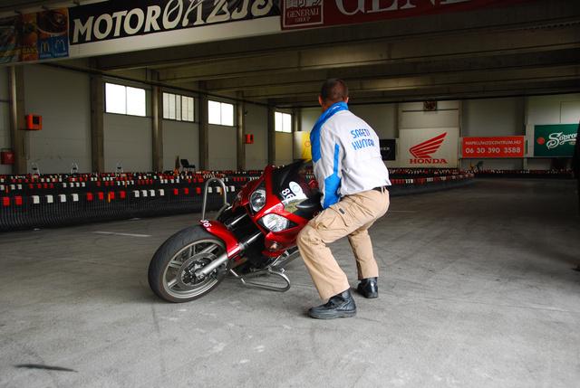 Motorfelállítás gyakorlatban. Jó technikával bő két mázsa is talpra állítható.