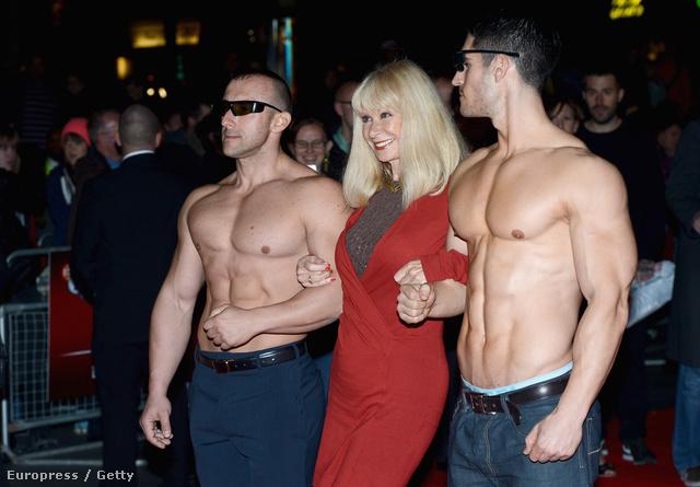 """Az """"A Liar's Autobiography"""" című film premierje a BFI London Filmfesztiválon, érkezik Carol Cleveland (segítünk, ő van középen), két modellel"""