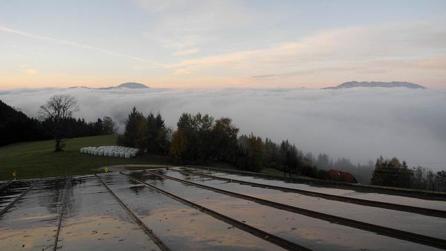 Szürreális reggeli látvány a szobám ablakából. A köd később felszállt, beburkolt bennünket, de mi akkor alábuktunk