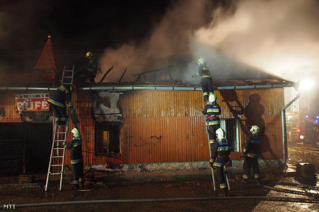 Mindszent 2012. október 22. Tűzoltók dolgoznak egy használaton kívüli csárdaépület oltásán a 45-ös főút mindszenti leágazásánál 2012. október 22-én. Az épületben senki sem tartózkodott és gázpalack sem volt a falak között. A tüzet eloltották azonban a tűz kialakulásának okai között felvetődött a bűncselekmény lehetősége is.
