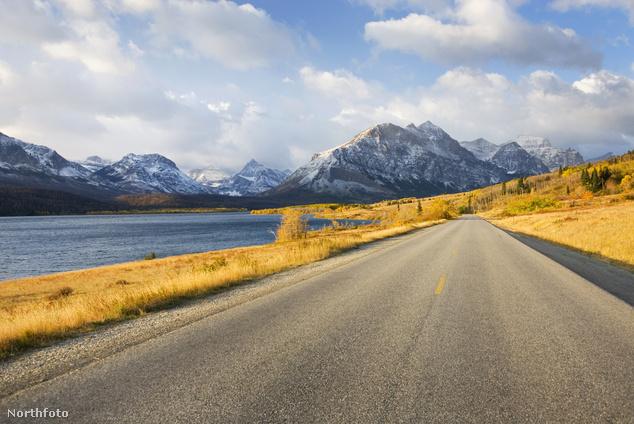 Tóparti autóút a Gleccser Nemzeti Parkban az amerikai Montana államban