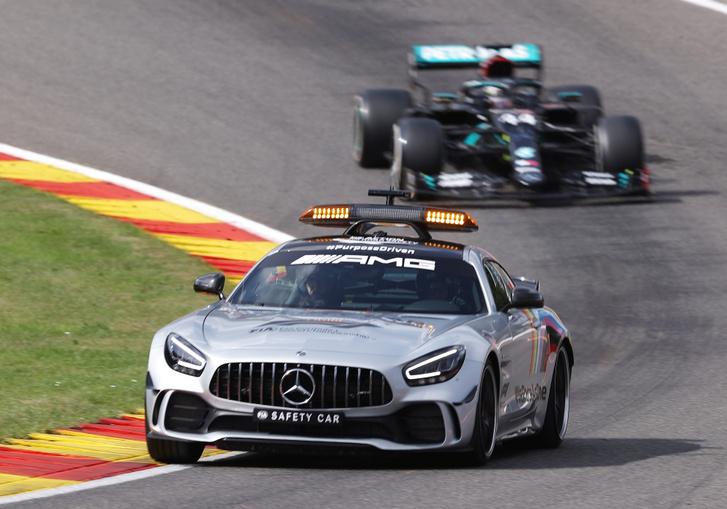 Lewis Hamilton a biztonsági autó mögött a 2020-as Belga Nagydíjon.