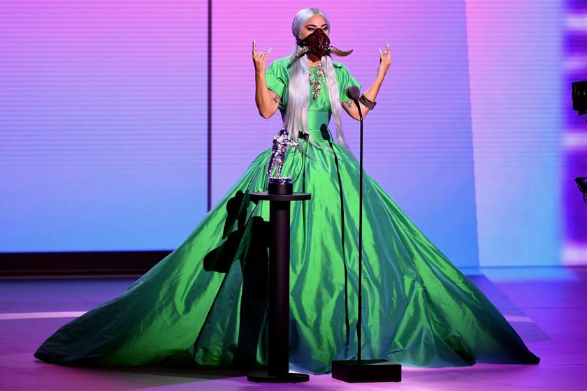 Lady Gaga zöld estélyijét Christopher John Rogers álmodta meg.