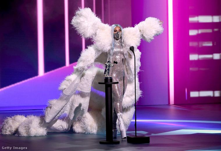 Lady Gaga számtalan öltözetben volt megtekinthető az est folyamán, itt éppen kozmikus kéjnőnek álcázza magát, miközben átveszi az év előadójának járó díjat.