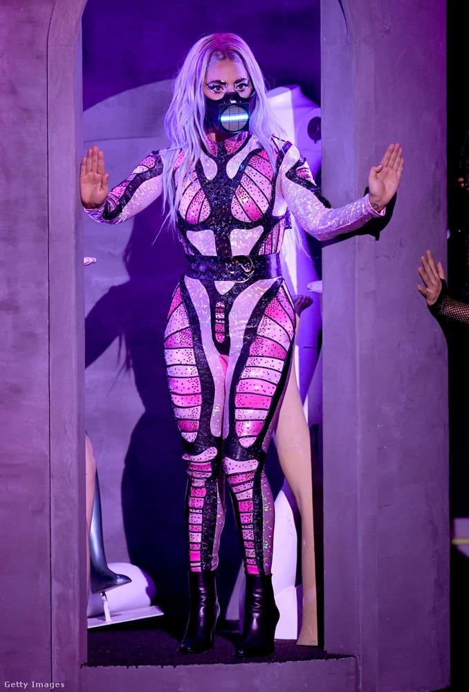 Ariana Grandéval közös daluk előadásához ezt a jelmezt húzta, amelyet viszont képtelen vagyok értelmezni, csak az tűnik biztosnak, hogy a maszkjába beépítettek egy elektromos rovarirtót, ami eredeti és hasznos megoldásnak tűnik, motorozáshoz is el tudnám képzelni.
