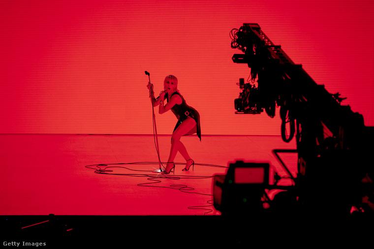 Bár gyakorlailag nincs híres embereket felvonultató esemény a világon, ami ne maradna el (nem is csoda, hogy ezek után minden híresnőt slamposan fotóznak le), az MTV videós-zenei díjátadóját megtartották augusztus 30-án, csak éppen közönség nélkül