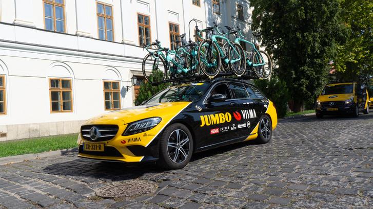 A Jumbo – Visma a profi kerékpáros első osztály egyik legerősebb csapata lett az elmúlt években annak ellenére, hogy a második legkisebb büdzsével rendelkező alakulatról van szó. A szponzorációra jó példa, hogy így is Mercedeseket használnak