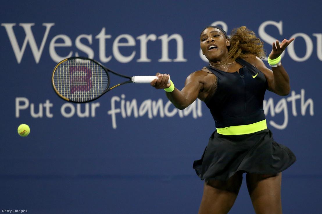 Serena Williams a Western Southern Openen Maria Sakkari elleni mérkőzésen 2020. augusztus 25-én New Yorkban
