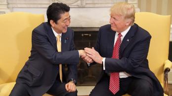 Donald Trump a japán történelem legnagyobb kormányfőjének nevezte a távozó Abe Sinzót