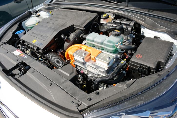 A PHEV az 1,6 literes szívómotorra épül, a rendszerteljesítmény 141 LE, a nyomaték 265 Nm. A váltó egy hagyományos automata, a villanymotor a hidrodinamikus nyomatékváltó helyére költözött be
