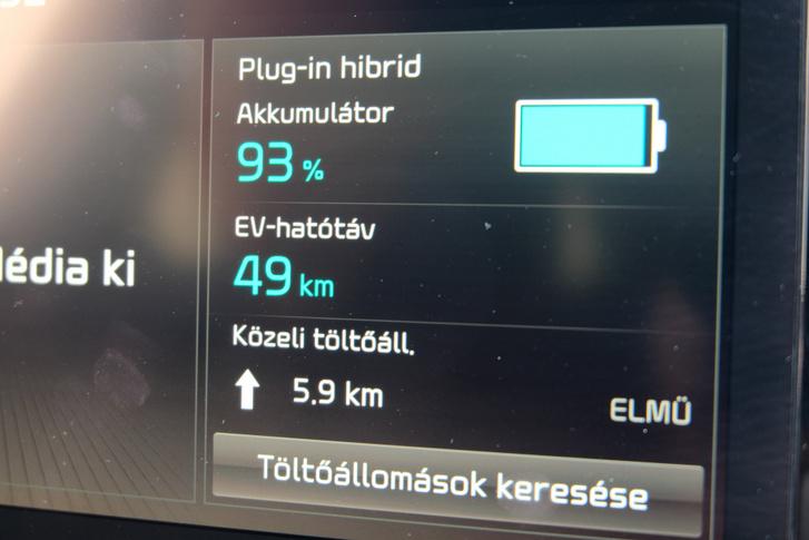 Van egy ennél is részletesebb PHEV-menüképernyő, a navigációban pedig benne vannak a villanytöltők