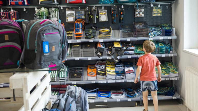 Drága lett az iskolatáska, sokan záloghitelből indítják el az iskola felé a gyereket