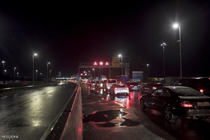 Feltorlódott kocsisor az osztrák-magyar határon, Nickelsdorf közelében 2020. szeptember 1-jén hajnalban