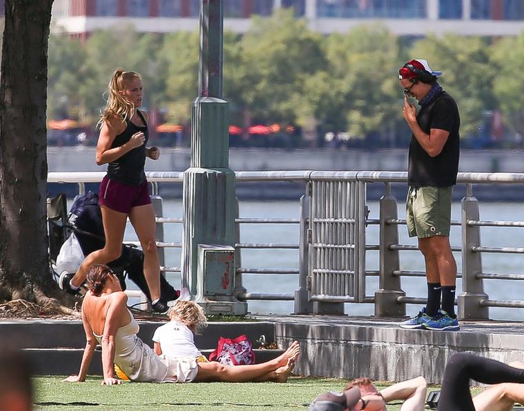 Végül, de nem utolsó sorban ezzel a szappanoperába illő fotóval búcsúznánk önöktől, amelyen a háttérben elsuhan egy futó nő, aki egy az egyben olyan, mint egy szőke Jennifer Garner.
