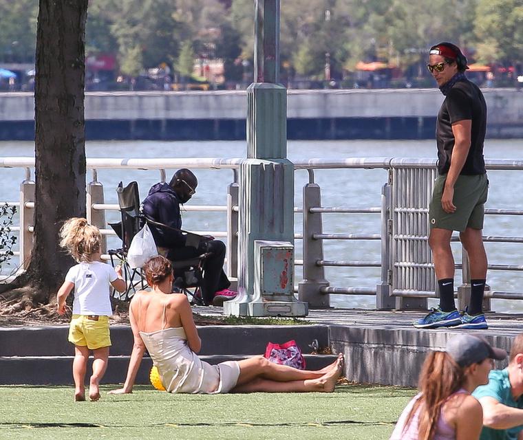 Mindenesetre Irina Shayk nem zavartatta magát, és elbeszélgetett a kedvesével, miközben a gyerekét is szórakoztatta.