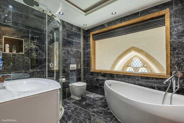Bár a fürdőszobának nincs ablaka, legalább ha fürdés közben kicsit pipiskedik, le tud látni egészen a bejáratig