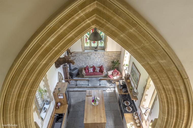 Ebben az angol templomban csúszda nincs, csak három háló, egy dolgozószoba, egy könyvtárszoba, egy konyha, egy fürdő és egy tágas nappali