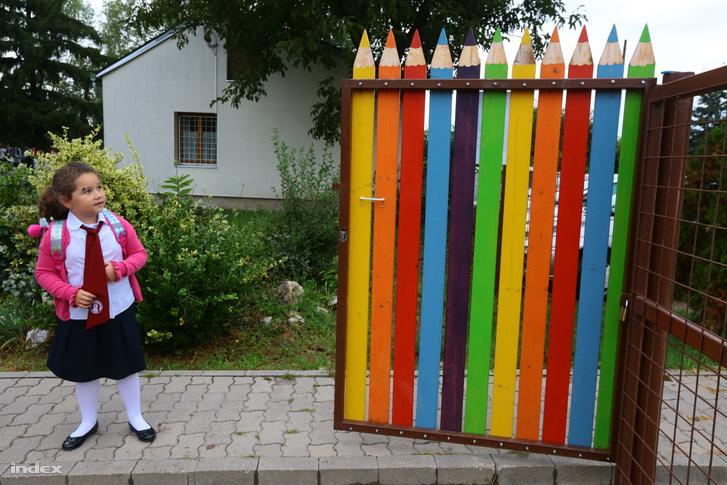 Kisiskolás érkezik egy mogyoródi iskolába a mai tanévnyitóra