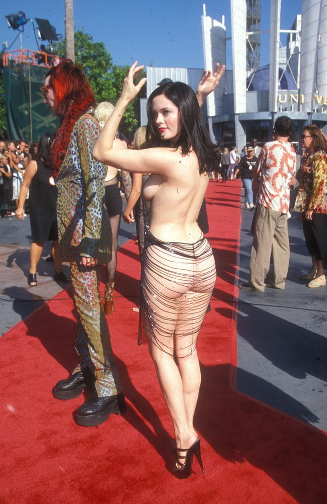 Hanson felelevenítette, hogy McGowan egészen véletlenül akadt rá a ruhára a divattervező szalonjába, ahová a színésznő Mansont kísérte, aki éppen a VMA-ra készítette el ruháját Hansonnal.