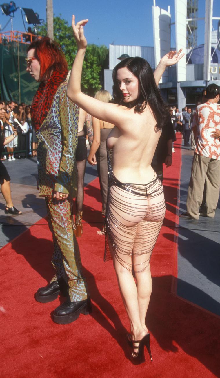 """McGowan volt az első híresség, aki az akkoriban a divatshow-kon már megszokottnak számító """"meztelenruhát"""" a vörös szőnyegen is prezentálta, nosztalgiázott az 1998-as VMA-ról a ruhát tervező Hanson a Page  Sixnek."""