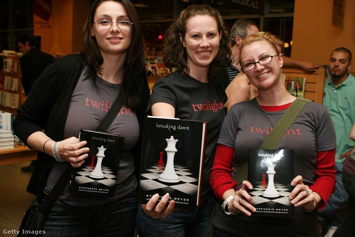 Rajongók a Twilight sorozat Breaking Dawn című 4. kötetével 2008-ban Chicagoban