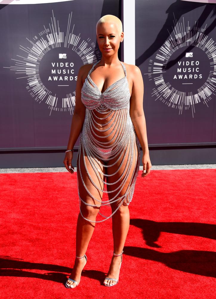 Amber Rose mindig is büszkén pakolta ki melleit a nagyérdemű elé, de úgy tűnik, a 2014-es VMA-n annyira irtózott a textil gondolatától, hogy nem is pakolt magára valami sokat