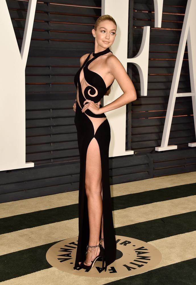 Úgy látszik, a 2015-ös Vanity Fairen a fenékvillantás volt a központi téma, amit Gigi Hadid is hűen követett