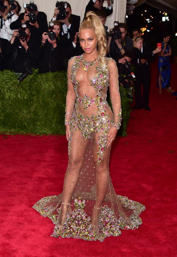 Beyonce is a 2015-ös Met-gálára rittyentette ki így magát, aminek elvileg nem a magamutogatás, hanem Kína divatra gyakorolt hatása volt a téma
