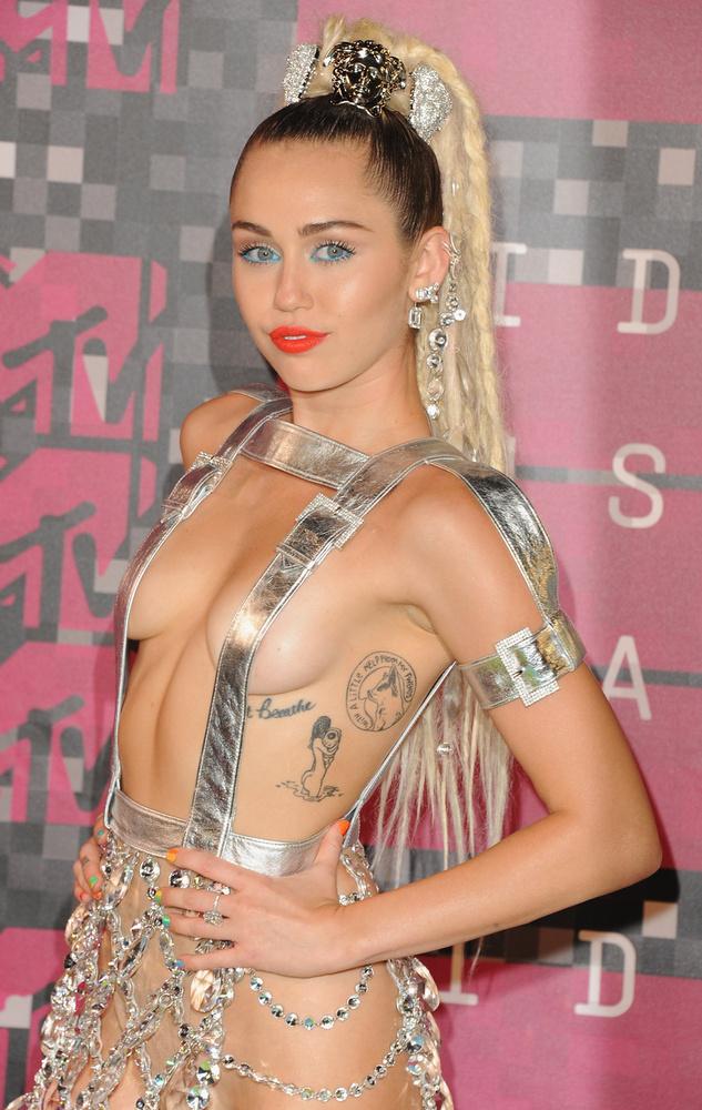 Az még Angela Sarafyan ruhájánál is meglepőbb lett volna, ha Miley Cyrus nem került volna fel a listánkra