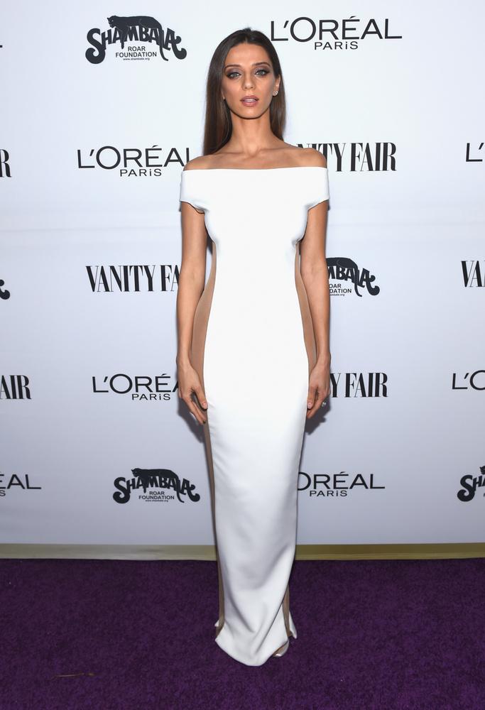 Lehet, most azon gondolkodik, miért került Angela Sarafyan a listánkra, hiszen egy szemmel láthatóan dekadens, visszafogott ruhában jelent meg a Vanity Fair 2017-es buliján