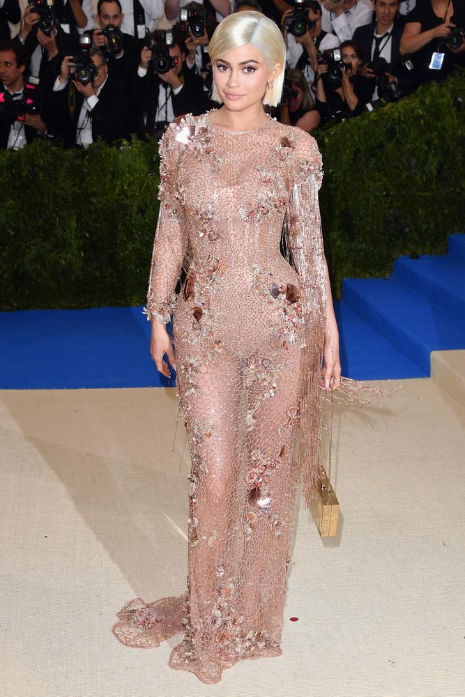 Persze, Kylie Jennernek is fontos jelenése van a lapozgatónkban, bár koránt sem ő a legfigyelemfelkeltőbb.